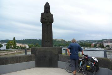 Aartsbischop Balduin waakt op de brug over de Moezel. Deutsches Eck Koblenz